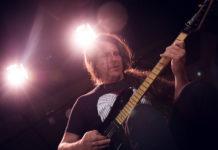 Edu Ardanuy tocando sua guitarra stratocaster da marca Tagima