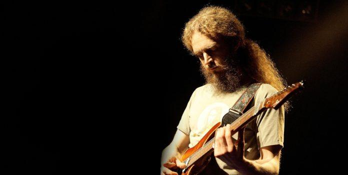Guthrie Govan tocando guitarra