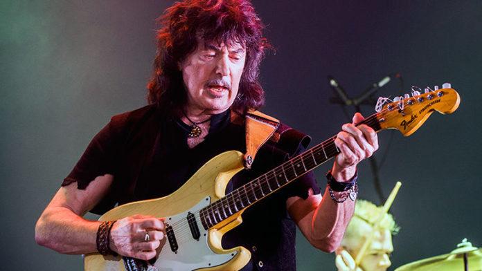 Ritchie Blackmore tocando uma guitarra Fender Stratocaster