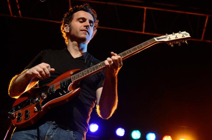 Dweezil Zappa tocando uma Gibson SG
