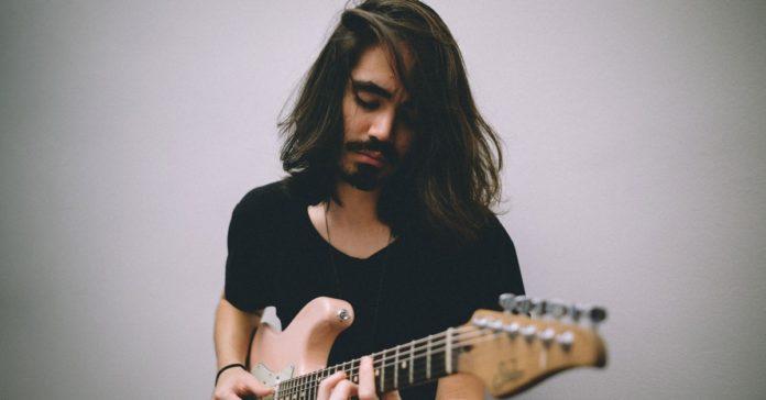 Mateus Asato tocando uma Stratocaster