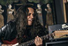 Ricardo Marins ao lado de um amplificador Bogner