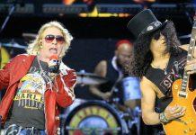 Slash ao lado de Axl Rose