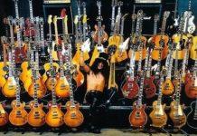 Slash rodeado de Les Pauls