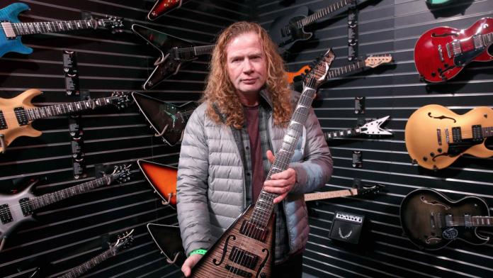 Dave Mustaine em uma loja de guitarras