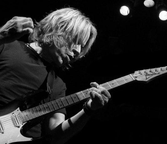 Andy Timmons em preto e branco