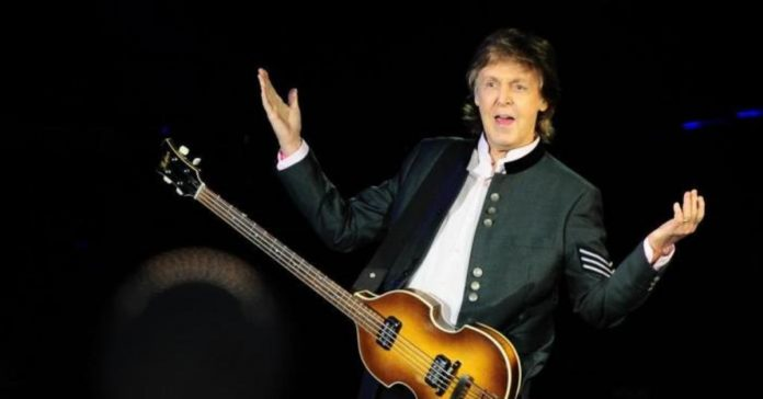 Paul McCartney gesticulando durante show