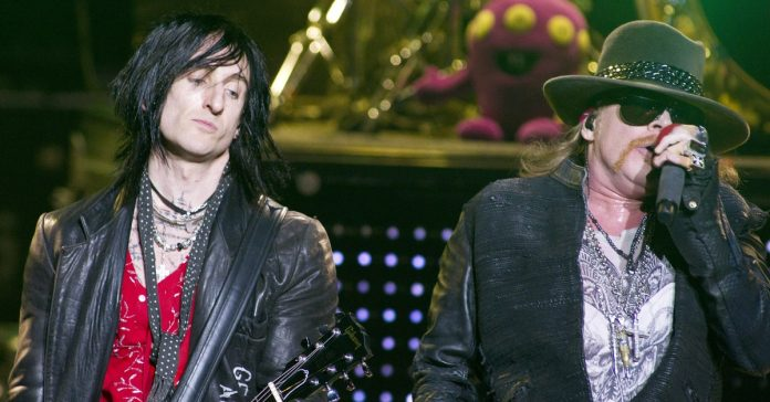 Richard Fortus ao lado de Axl Rose