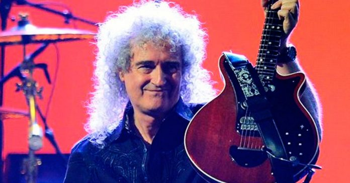 Brian May segurando sua guitarra