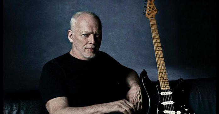 David Gilmour ao lado de sua Black Strat
