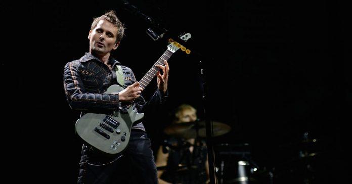 Matt Bellamy tocando guitarra ao vivo