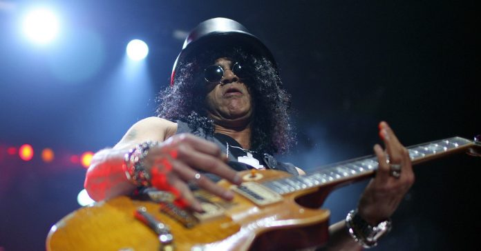Slash tocando guitarra ao vivo