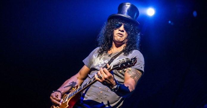 Slash tocando uma guitarra Les Paul
