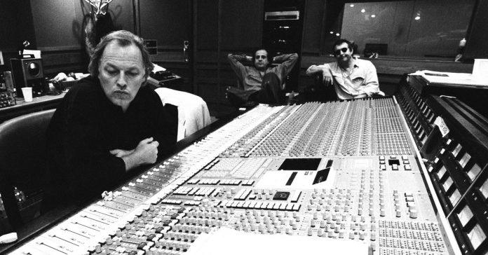 David Gilmour sentado em frente a uma mesa de som