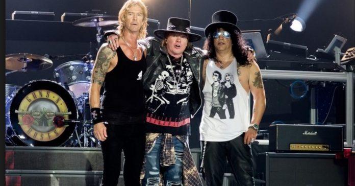Duff McKagan, Axl Rose e Slash abraçados