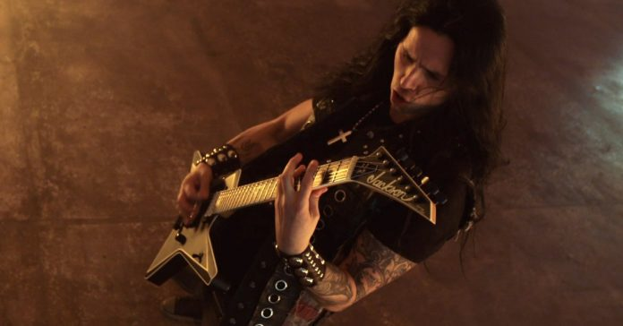 Gus G. tocando uma guitarra Jackson