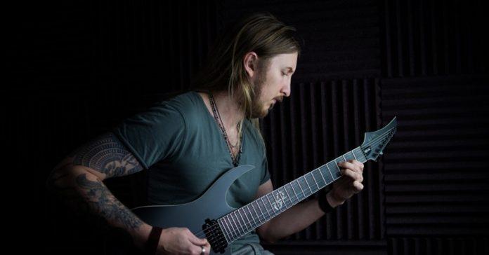Ola Englund tocando uma guitarra de 7 cordas