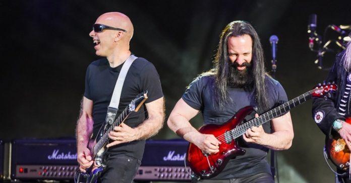 Satriani tocando ao lado de Petrucci