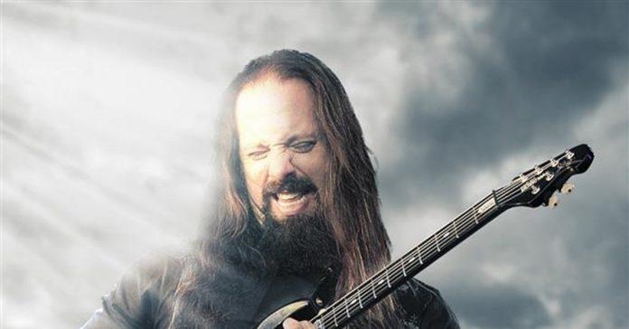 Petrucci tocando uma guitarra Music Man