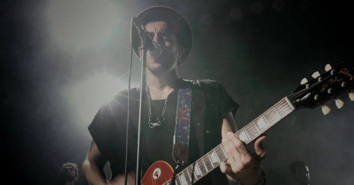 Artur Menezes tocando com uma Les Paul