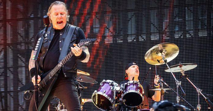 James Hetfield tocando ao lado de Lars Ulrich