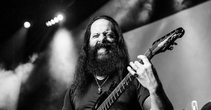 Petrucci tocando ao vivo