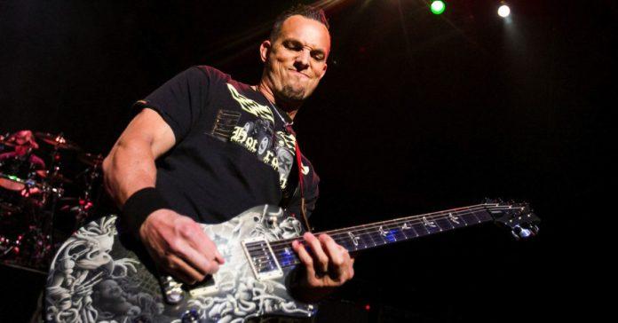 Mark Tremonti tocando ao vivo