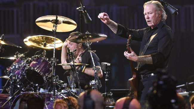 James Hetfield no palco com Lars Ulrich